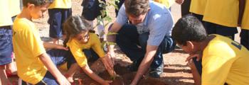 Secr. do Meio Ambiente e Crianças da LBV plantam árvore