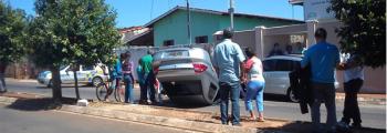 Carro capota e atingue veículo estacionado em Inhumas