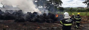 Bombeiros militares de Inhumas atuam em ocorrência de incêndio em depósito