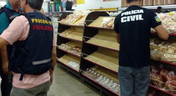 Supermercados s�o autuados por vender produtos vencidos em Inhumas.