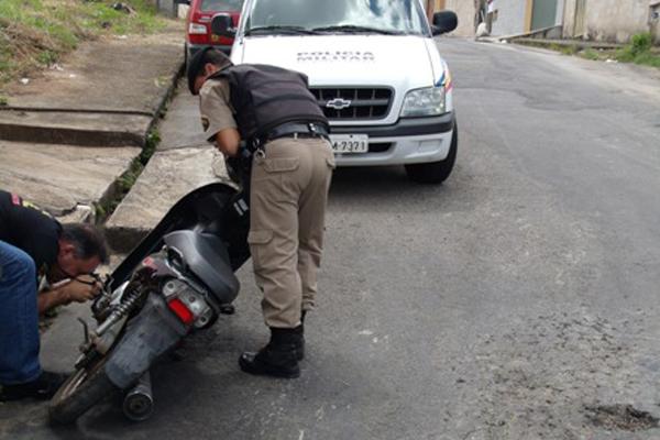 Após denuncia, suspeito é preso com moto furtada