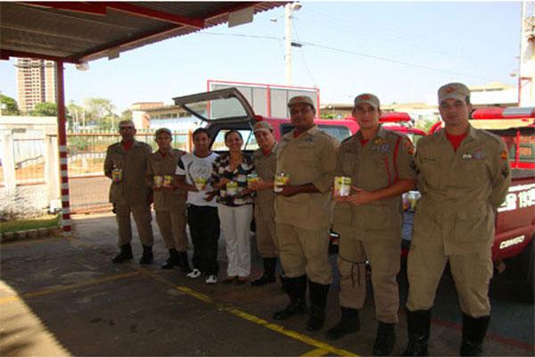 Bombeiros de Inhumas doam leite às creches municipais
