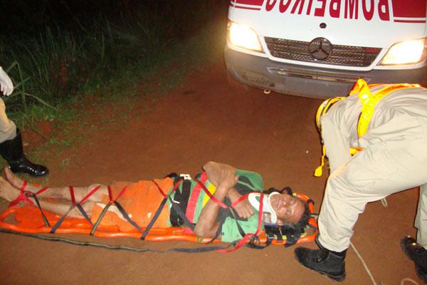 Bombeiros de Inhumas resgatam vítima de ribanceira