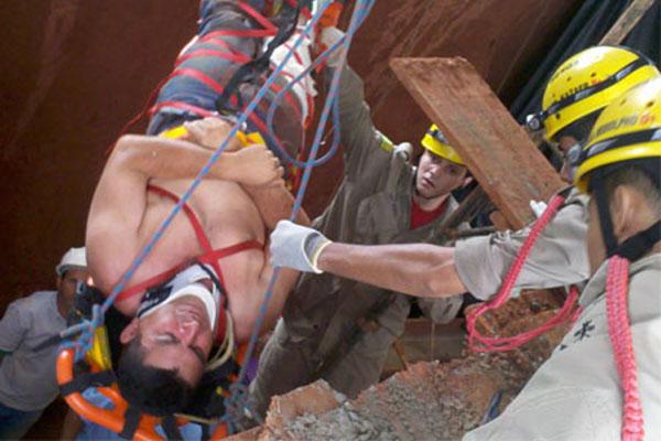 Bombeiros de Inhumas atendem vítima de desmoronamento