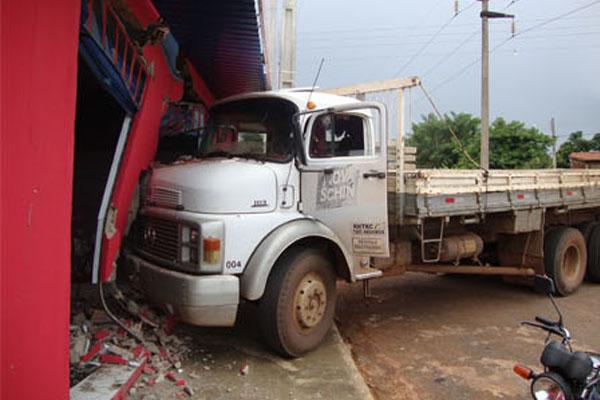 Caminhão invade drogaria em Inhumas - GO