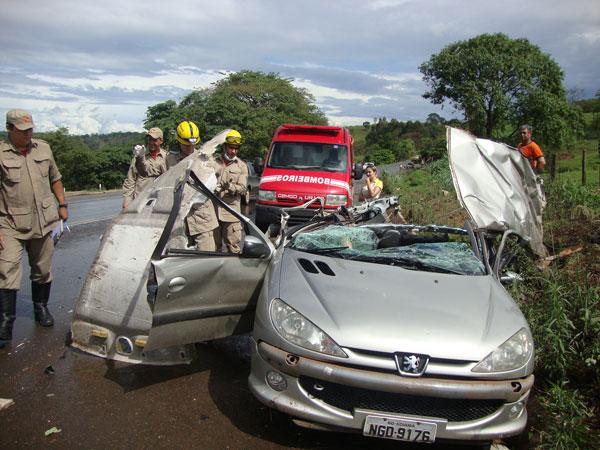 Duas Pessoas Morrem em Acidente Envolvendo Carro e Caminhão