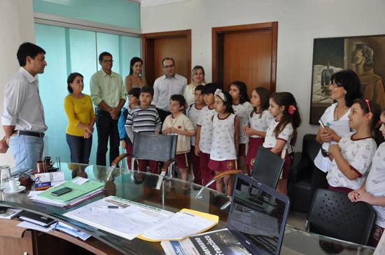 Alunos visitam a prefeitura e o Prefeito Dioji Ikeda recebe-os em seu gabinete
