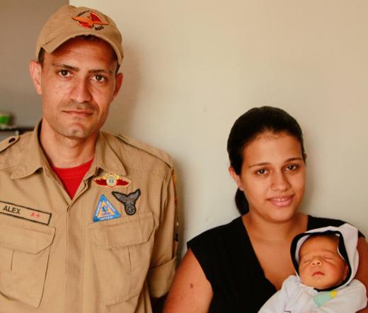 Bombeiro salva recém-nascido