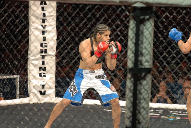 Fernanda Araújo Comemora Mais Uma Vitória no MMA