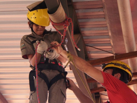 Bombeiros Mirins realizam instrução de salvamento em altura