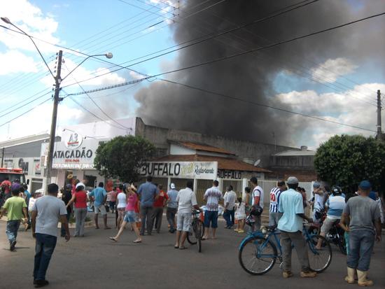 Incêndio destrói parte de duas lojas de enxovais em Inhumas