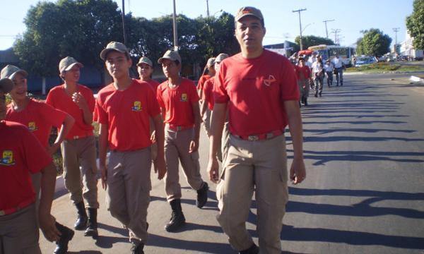 Caminhada marca início das atividades do Projeto Bombeiros Mirim em Inhumas