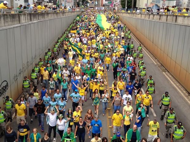 Manifestantes vão às ruas de Goiânia pedir impeachment de Dilma