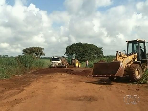 Fazendeiros se unem para recuperar estrada cheia de buracos em Goiás