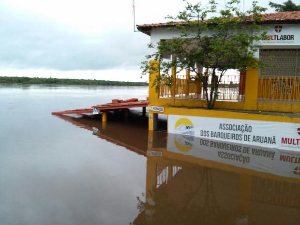 Bombeiros Militares de Aruanã monitoram o aumento do nível da água no Rio Araguaia