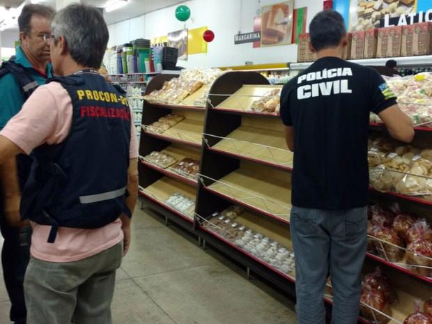 Supermercados são autuados por vender produtos vencidos em Inhumas.