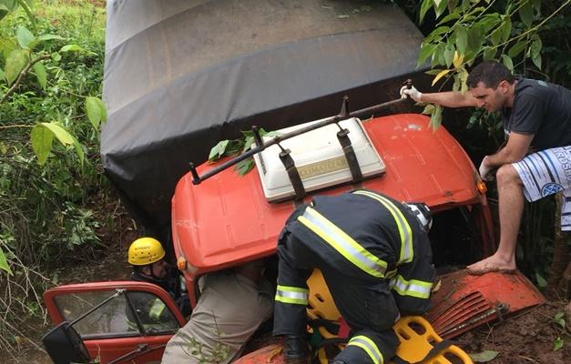 Caminhão cai em ribanceira e motorista fica ferido