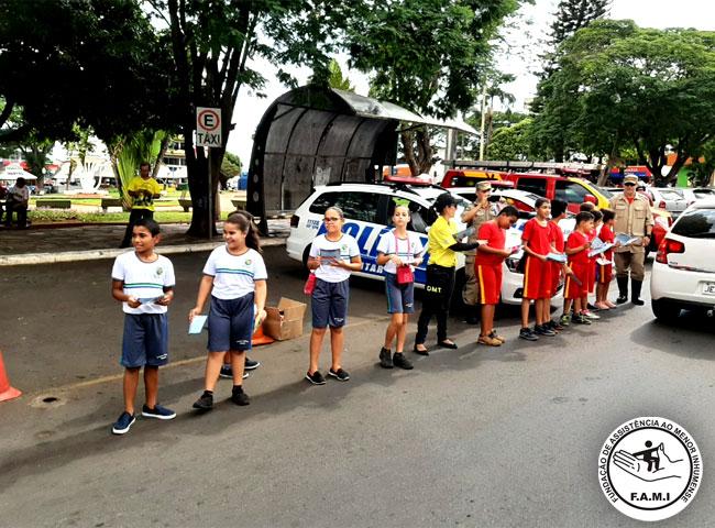 Crianças da FAMI participam de campanha que promove a educação no transito