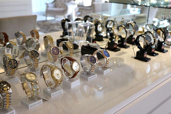 Relógios de vários modelos a preços convidativos na Adeliana Barros